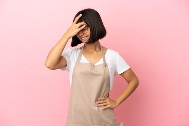 Cameriere del ristorante su sfondo rosa isolato con mal di testa