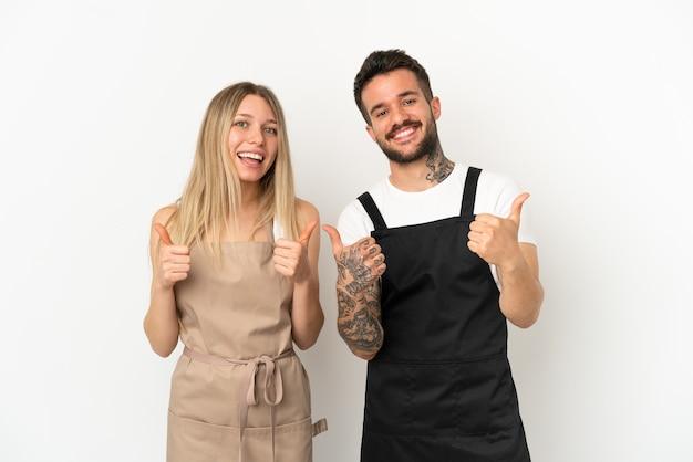 Cameriere del ristorante su sfondo bianco isolato che fa un gesto di pollice in alto con entrambe le mani e sorride