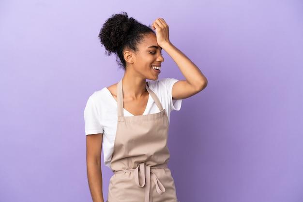 La donna latina del cameriere del ristorante isolata su sfondo viola ha realizzato qualcosa e intendeva la soluzione