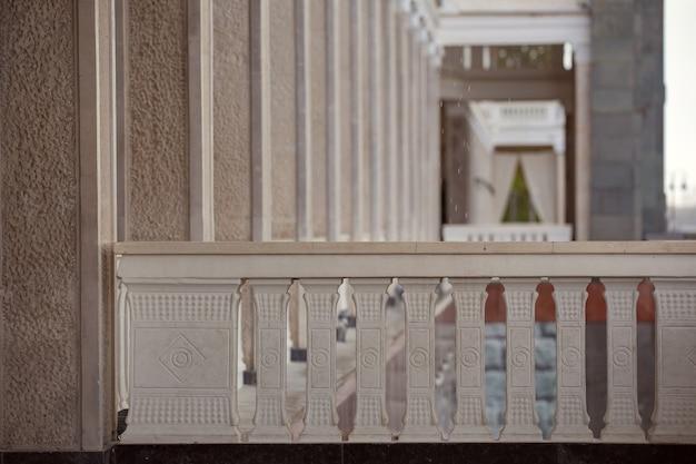 L'edificio restaurato della stazione fluviale di mosca con colonne e piastrelle di marmo