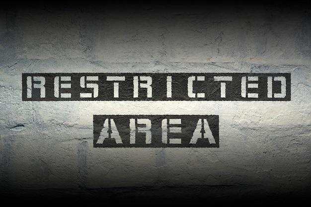 Stencil nero ad area riservata stampato sul muro di mattoni del grunge con effetto sfumato