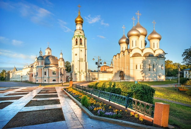 Cattedrale della resurrezione, campanile e cattedrale di santa sofia al cremlino nella città di vologda in una mattinata di inizio estate