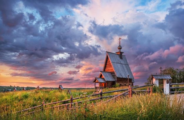La chiesa della resurrezione sul monte levitan a plyos sotto i raggi del sole al tramonto
