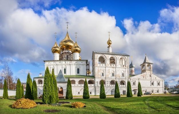 La chiesa della resurrezione del monastero della resurrezione a uglich sotto i raggi del sole autunnale