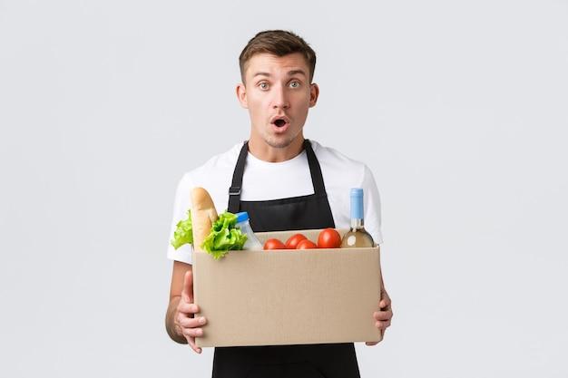 La spesa al dettaglio e il concetto di consegna del venditore eccitato annunciano una fantastica scatola promozionale con ...