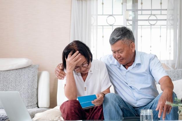 Problemi con i soldi della vecchia famiglia in pensione.