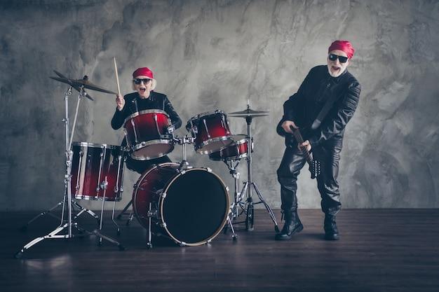 La band popolare rock di lady man in pensione si esibisce in un concerto