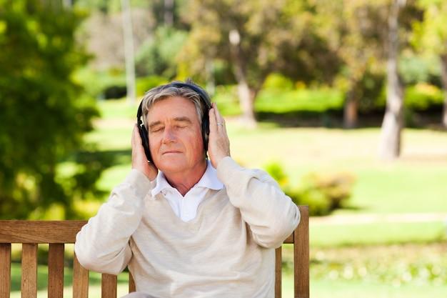 Uomo pensionato che ascolta della musica