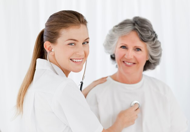 Paziente in pensione con la sua infermiera guardando la telecamera