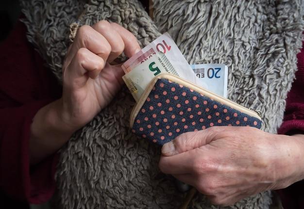 In pensione con le banconote in euro in mano