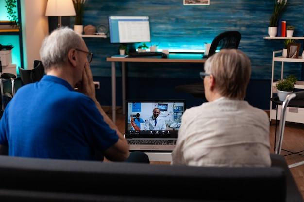 Pazienti in pensione su videochiamata appuntamento dal dentista conferenza online per la guarigione della medicina di prescrizione del dolore. anziani anziani sposati che usano la telemedicina per curare problemi sanitari
