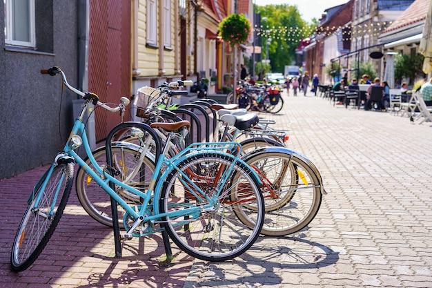 Biciclette retrò parcheggiate per il trasporto in città.
