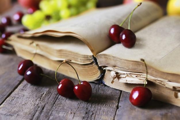 Libro retrò e bacche di ciliegio