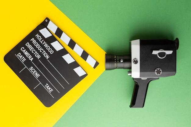 Ciak retro macchina fotografica su un ciak background.a colorato su uno sfondo colorato. foto di alta qualità