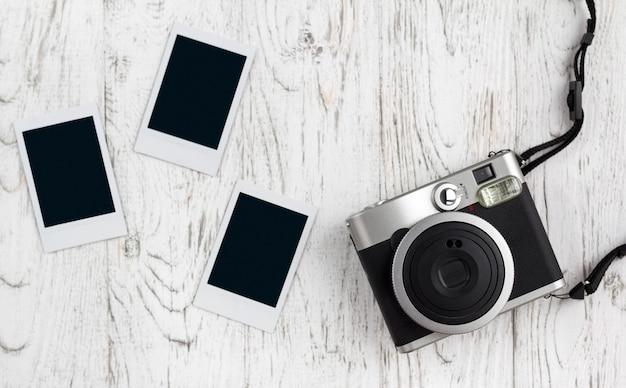 Retro macchina fotografica e vecchia foto di carta istantanea vuota