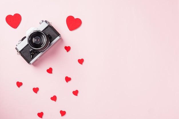 Fotocamera retrò e composizione di cuori rossi biglietto di auguri amore del giorno di san valentino amo la fotografia