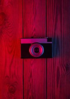 Fotocamera retrò su una superficie di legno