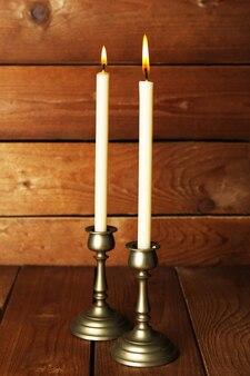 Candelieri retrò con candele su fondo in legno