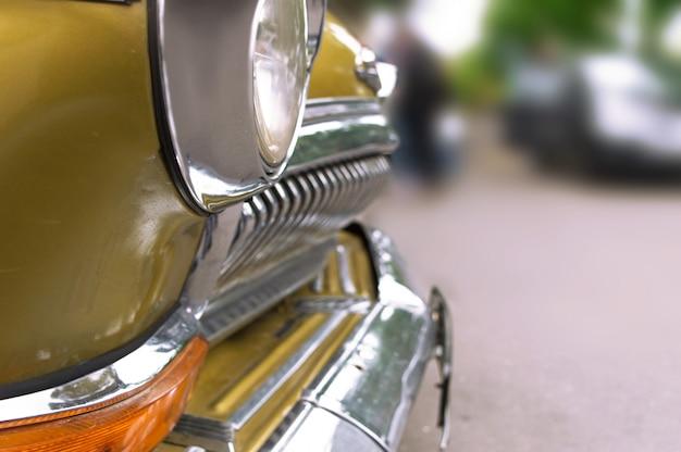 Retro automobile su una priorità bassa vaga della sosta della città sull'expo