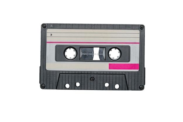 Registratore a cassette retrò con un design elegante isolato su una superficie bianca