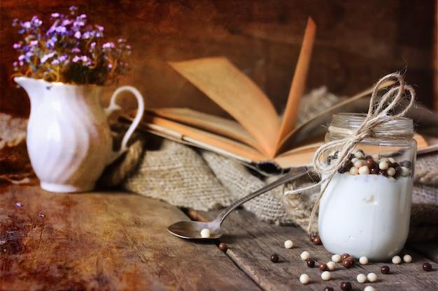 Foto effetto retrò vasetto di yogurt rustico fatto in casa
