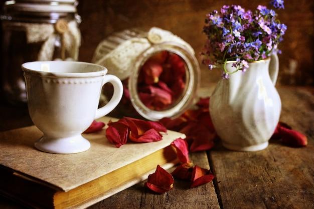 Effetto retrò su foto vintage di tè con petali di rosa secchi