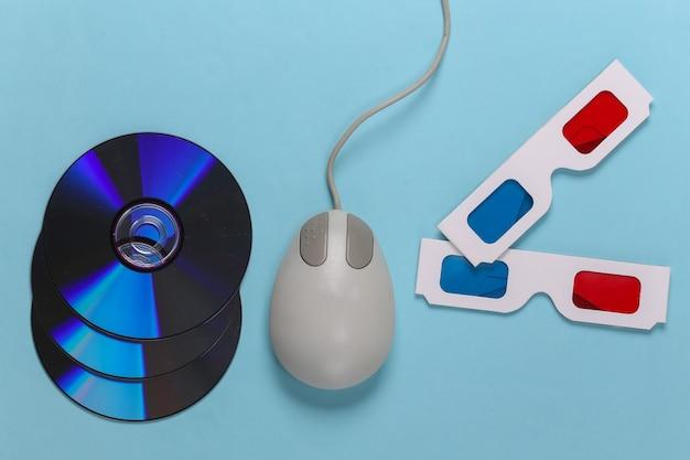 Intrattenimento retrò. mouse per pc vecchio stile, occhiali stereo anaglifi e cd su blu