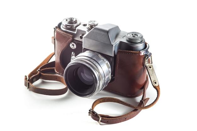 Fotocamera a pellicola retrò e borsa da cintura (custodia in pelle) su superficie bianca