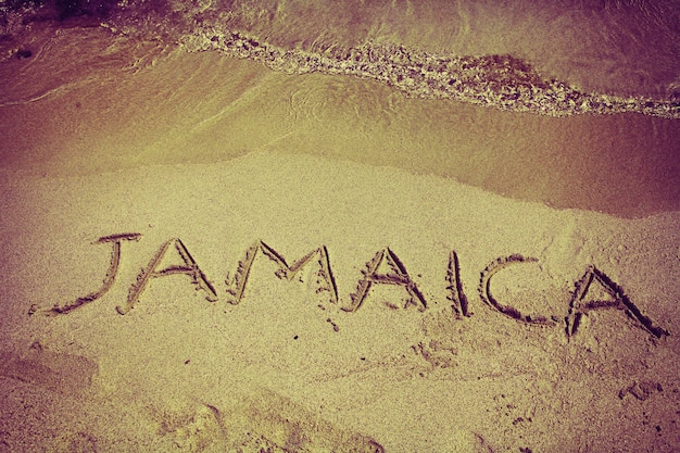 Iscrizione retrò giamaica sulla spiaggia di sabbia