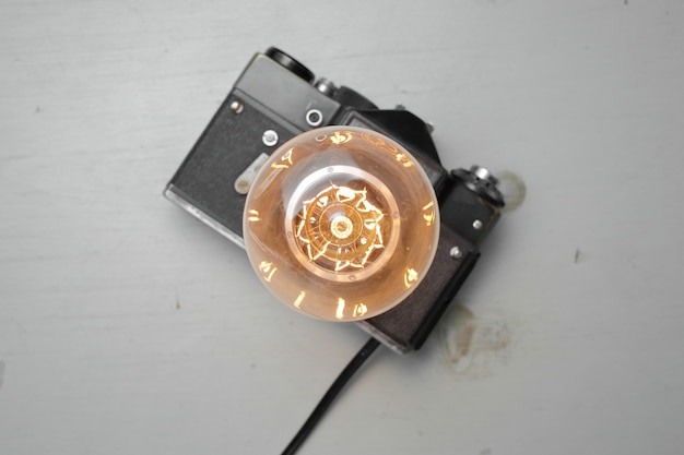 Lampada retrò da una vecchia macchina fotografica con una lampada edison su un grigio