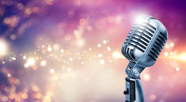 Microfono retrò sul palco con luce bokeh