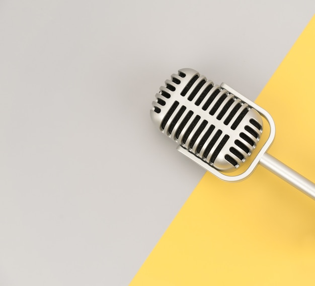 Microfono retrò con copia spazio su sfondo colorato