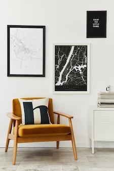 Composizione retrò e minimalista degli interni del soggiorno con poltrona di design, mappa poster mock up, lampada, decorazione, parete bianca e accessori personali. modello. arredamento moderno per la casa.