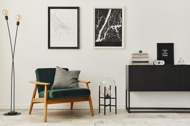 Composizione retrò e minimalista degli interni del soggiorno con poltrona di design, due mappe poster mock up, lampada, decorazione, parete bianca e accessori personali. modello. arredamento moderno per la casa.