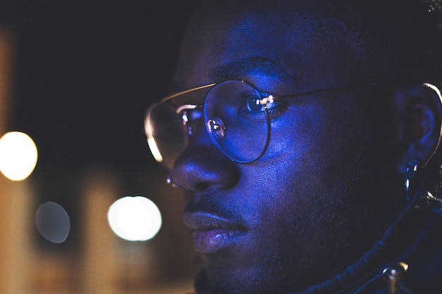 Ritratto al neon retrò di un afroamericano. uomo nero con gli occhiali moderni