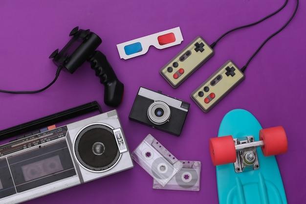 Attributi retrò old school anni '80 su sfondo viola. vista dall'alto. lay piatto