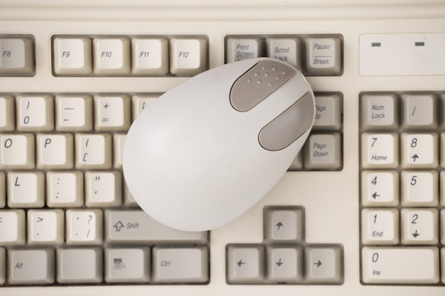 Mouse per pc retrò sulla vecchia tastiera