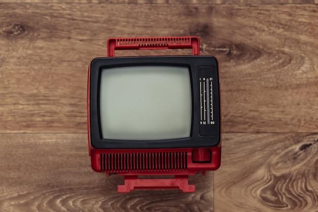 Mini tv portatile retrò su pavimento in legno
