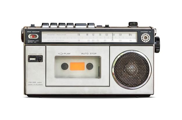 Radio retrò e lettore di cassette audio isolato su sfondo bianco con tracciato di ritaglio