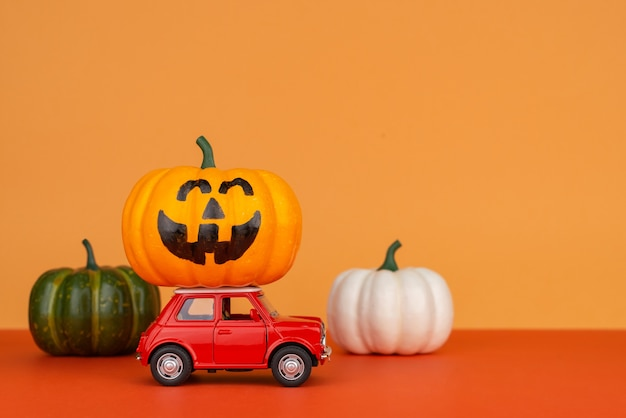 Retro automobile rossa del giocattolo con una zucca