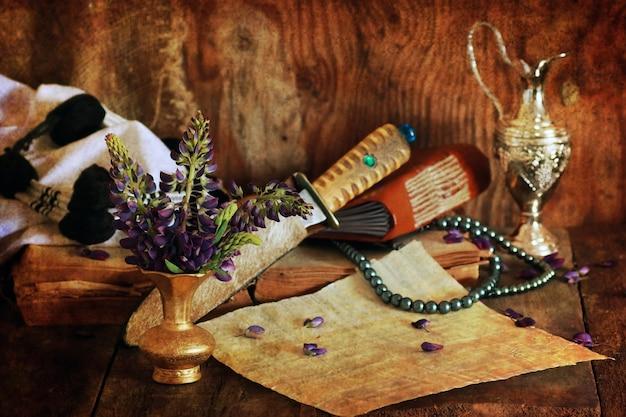 Retro effetto graffiato concetto fede araba con libro e fiore