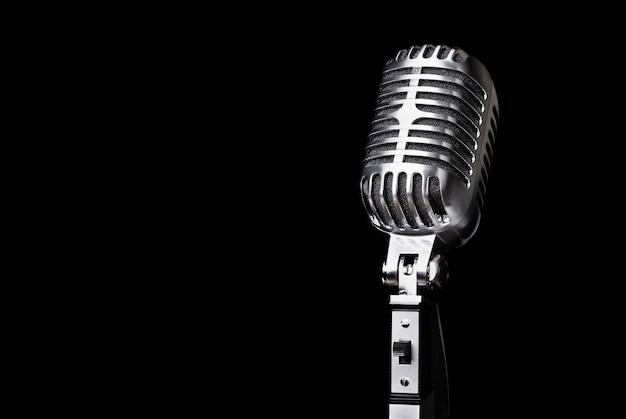 Microfono in stile retrò sullo sfondo