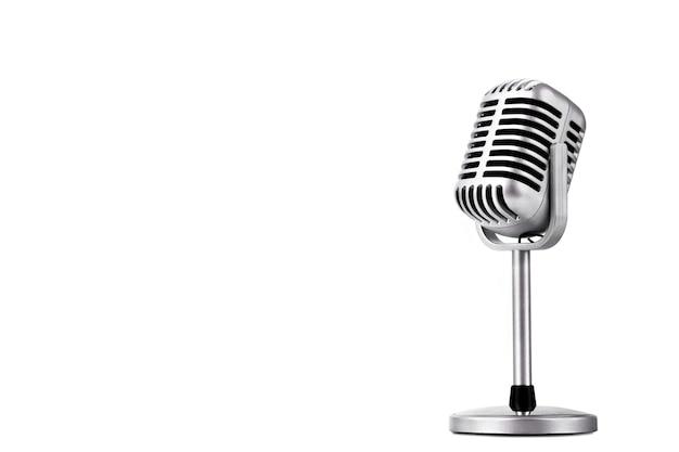 Microfono stile retrò isolato su sfondo bianco