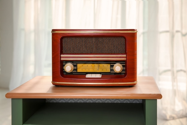 Radio in stile retrò sul tavolo al chiuso