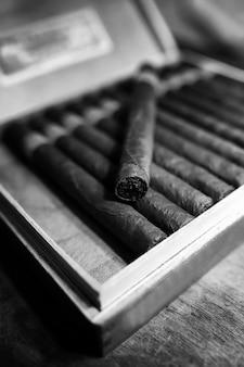 Foto in stile retrò di una grande scatola di sigari cubani su un tavolo di legno in una confezione presentabile