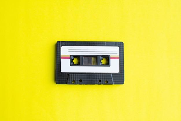 Retro della cassetta nastro su sfondo giallo. focalizzazione morbida.