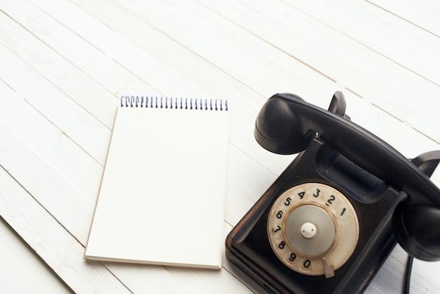 Retro telefono lui comunicazione ufficio blocco note in legno oggetto di sfondo
