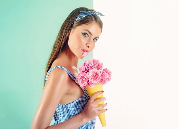 Retro donna che mangia un gelato a forma di bouquet.
