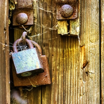 Porta in legno retrò con vecchia serratura arrugginita
