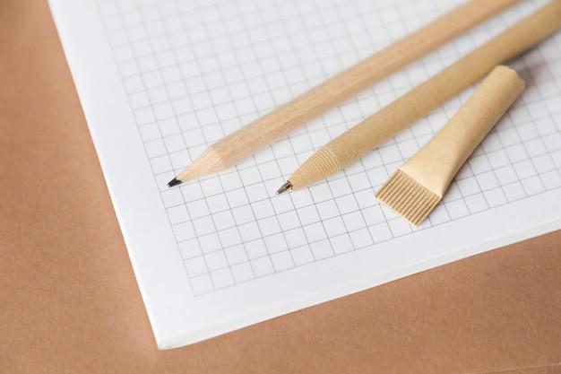 Penna e matita in carta ecologica riutilizzabile sul taccuino. scrittura penna a sfera, protezione ambientale, ecologia, materiali naturali, concetto di riciclaggio